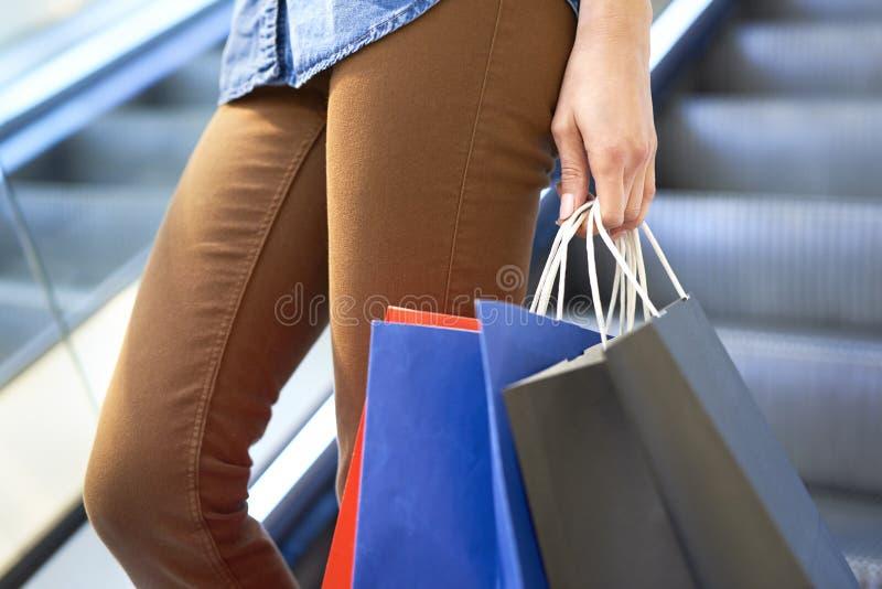关闭有充分的购物带来的妇女 免版税库存图片