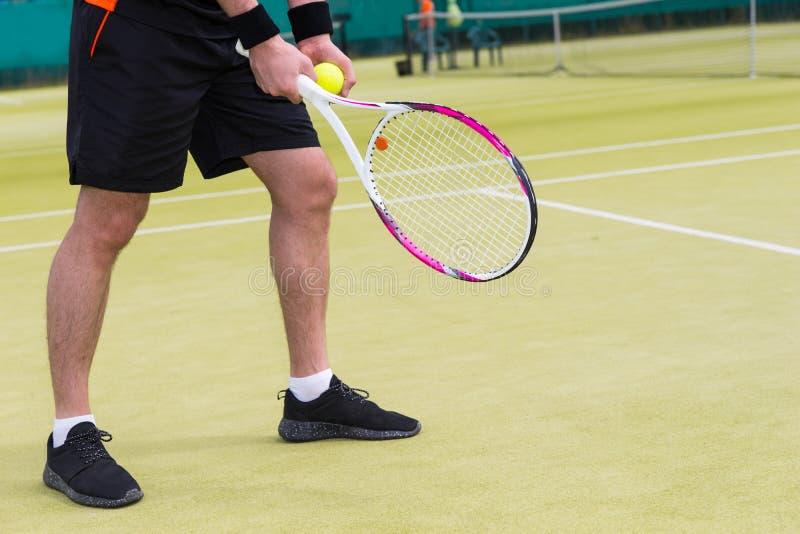 关闭有准备好的网球的男性球员` s手对se 图库摄影