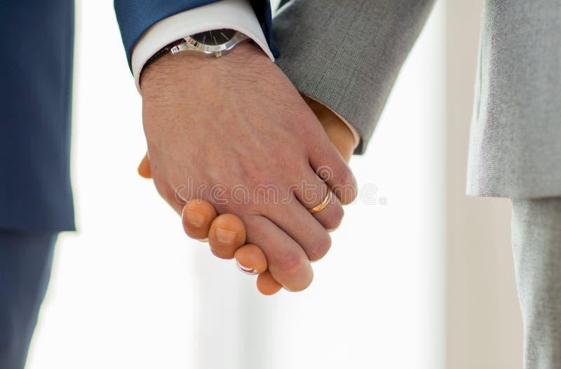 关闭有婚戒的男性快乐手  库存照片