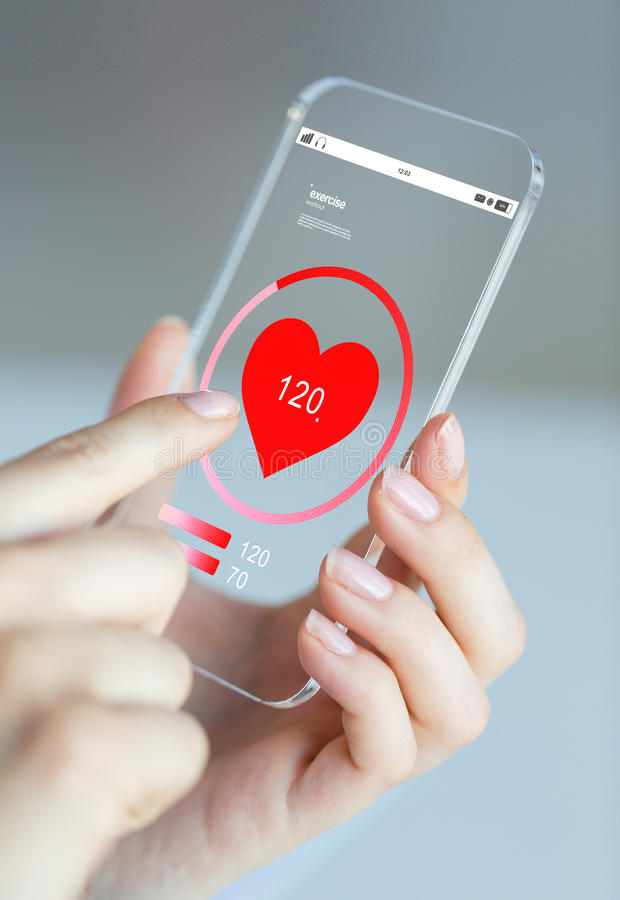 关闭有心率的手在智能手机 免版税库存照片