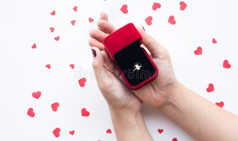 关闭有心脏形状元素的女性举行的圆环箱子 库存照片
