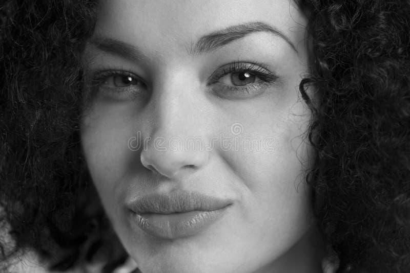 关闭有性感的神色的一名妇女在黑白 免版税库存图片