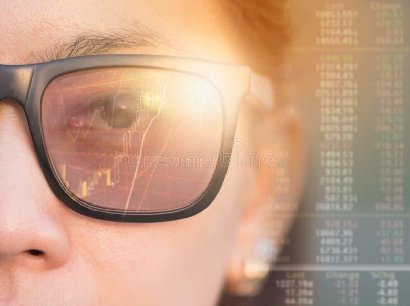 关闭有戴眼镜的蓝眼睛的妇女 免版税库存图片