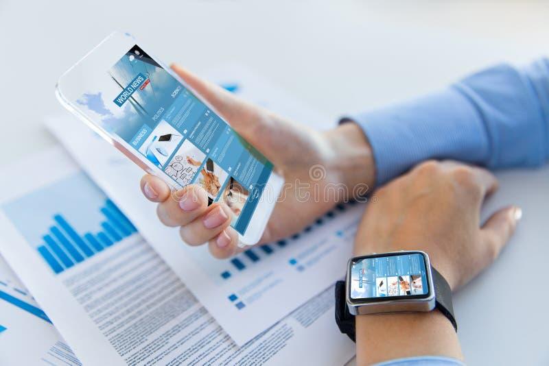 关闭有新闻网页的妇女在智能手机 免版税库存图片