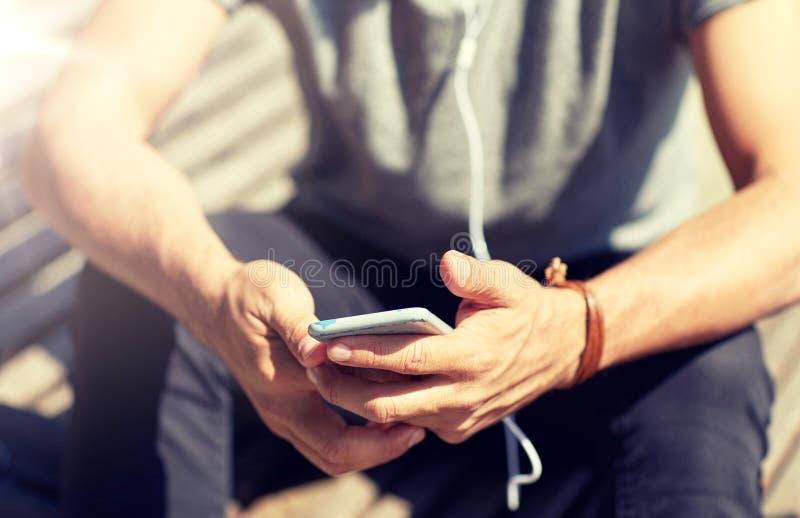 关闭有智能手机和耳机导线的人 免版税库存图片
