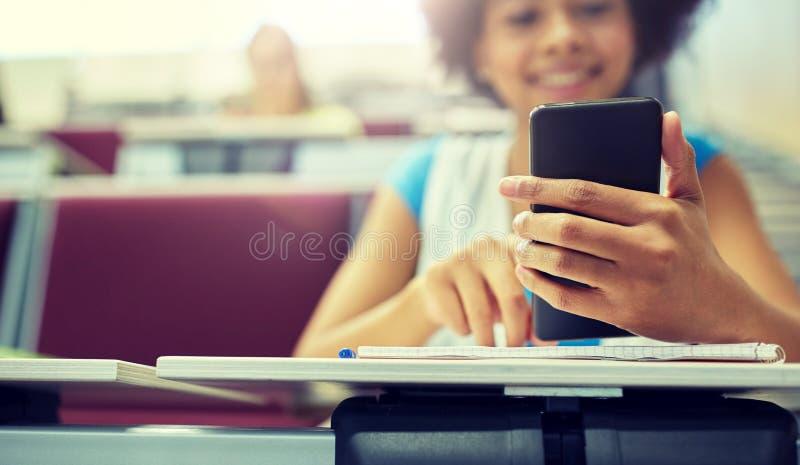 关闭有智能手机的非洲学生 库存照片