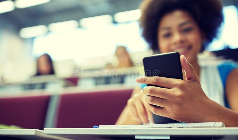 关闭有智能手机的非洲学生 免版税库存照片
