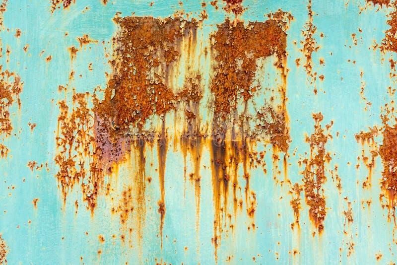 关闭有浅兰的颜色的生锈的剥落的钢板 库存照片