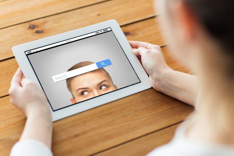 Download 关闭有片剂个人计算机的妇女在木桌上 库存照片. 图片 包括有 自由职业者, 教育, 互联网, 女实业家, 网络连接 - 72350168