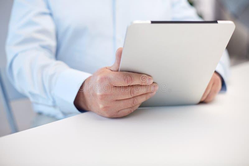 关闭有片剂个人计算机的老人手 免版税库存图片