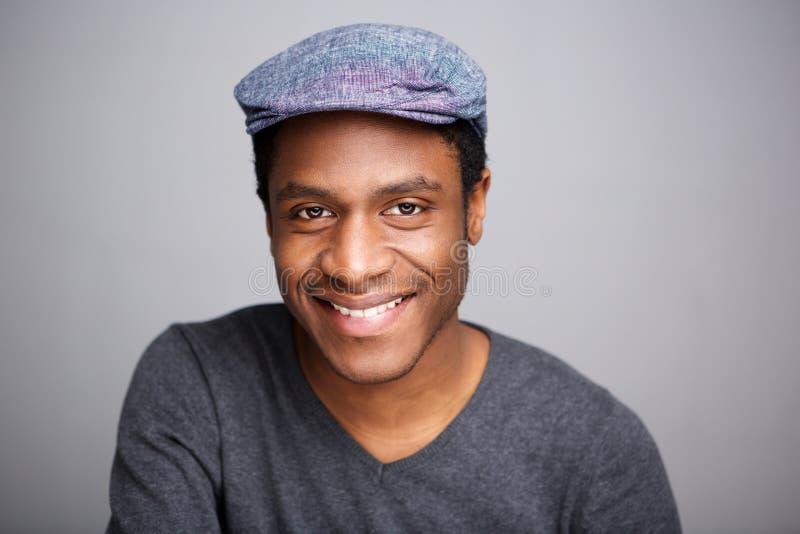关闭有盖帽的微笑的非裔美国人的人 免版税库存照片