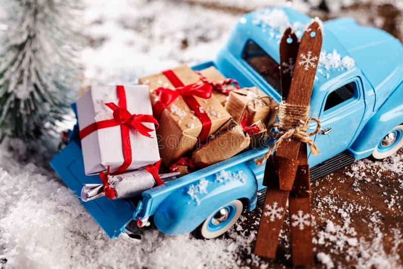 关闭有礼物的蓝色卡车在它的小室 免版税库存照片