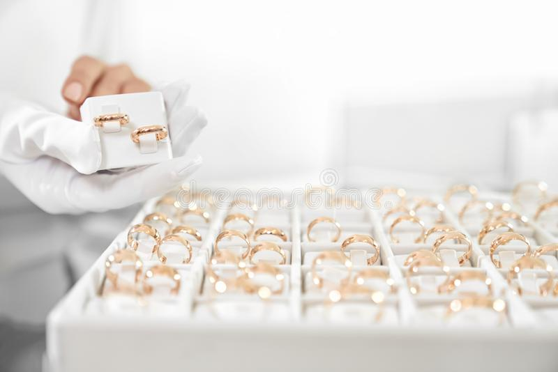 关闭有结婚戒指汇集的箱子在商店 免版税库存照片