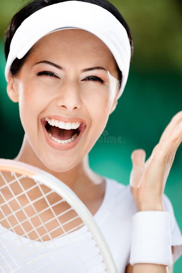 关闭有网球拍的愉快的运动的妇女 免版税图库摄影