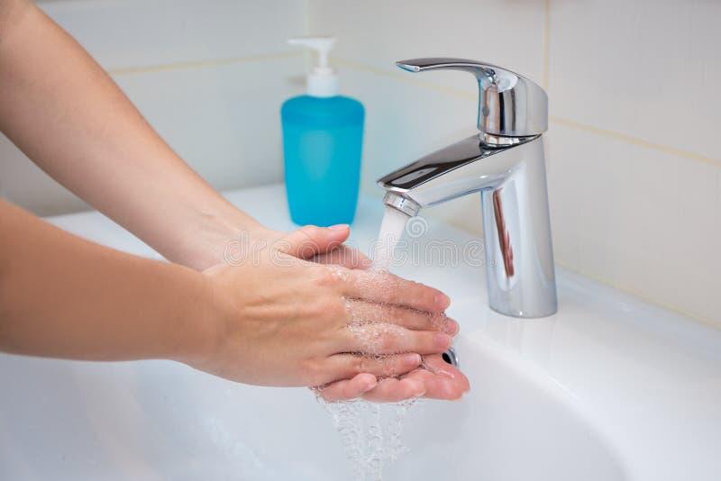 关闭有肥皂的妇女洗涤的手 免版税库存照片