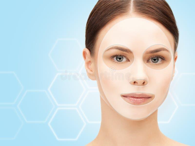 关闭有胶原脸面护理面具的妇女 免版税库存图片