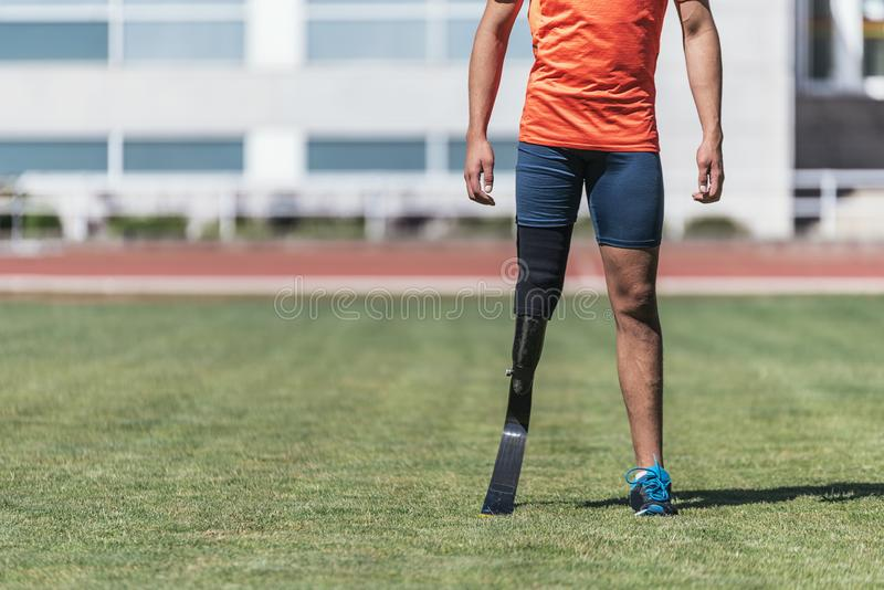 关闭有腿假肢的残疾人运动员 库存照片