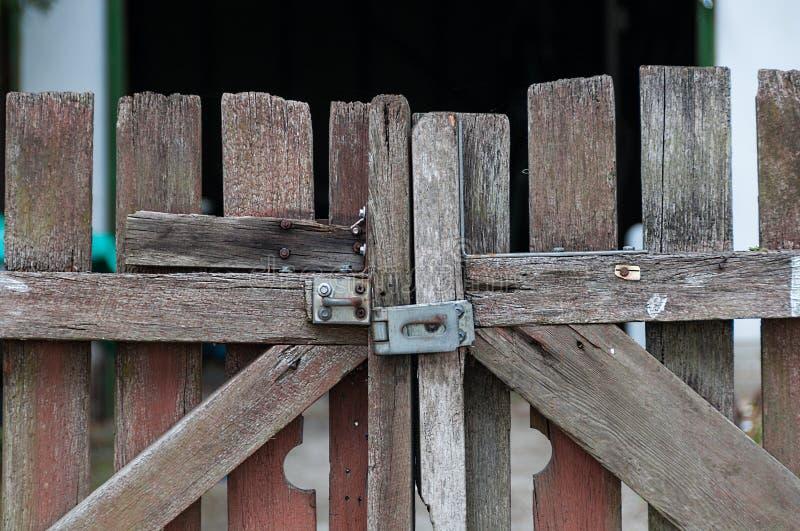 关闭有金属门闩的老农厂门 库存图片