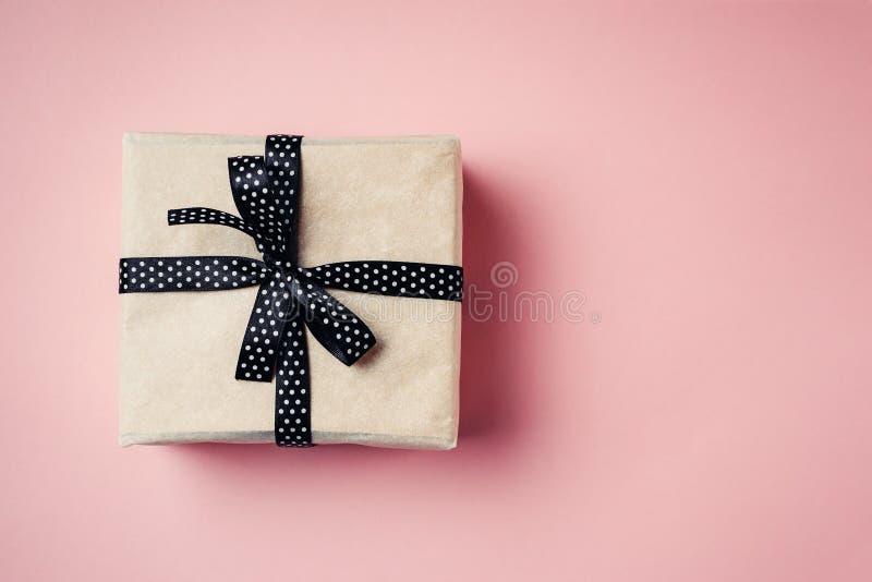 关闭有黑丝带的在桃红色背景,顶视图礼物盒 免版税库存照片