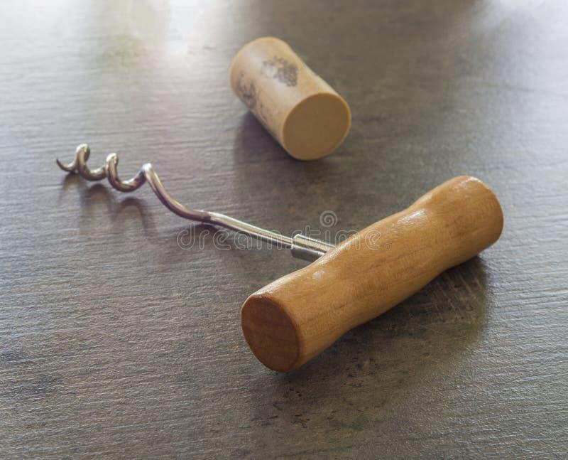 关闭有黄柏的简单的木拔塞螺旋在灰色织地不很细ba 免版税库存照片