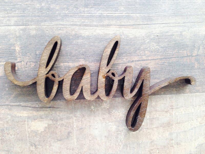 关闭木词放置在弗洛尔的婴孩 免版税库存照片