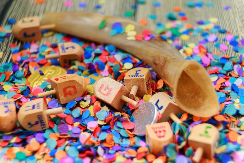 关闭木dreidels和巧克力硬币光明节庆祝的 盖帽在词后 免版税库存照片