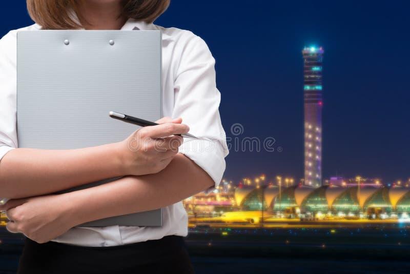 关闭机场事务的年轻服务妇女 免版税库存图片