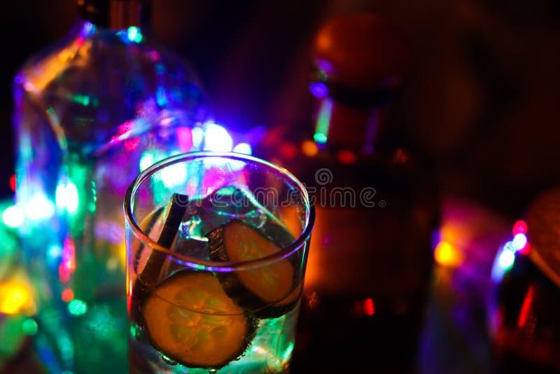 关闭杜松子酒补品用黄瓜和冰块 免版税图库摄影