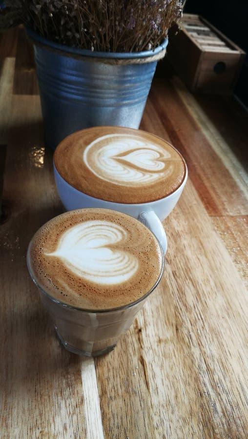 关闭杯子拿铁艺术咖啡 库存图片