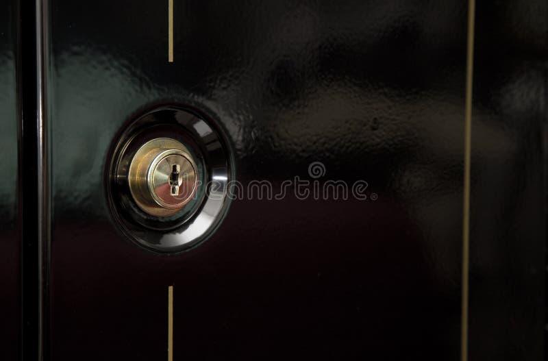 关闭枪保险柜锁的看法 库存照片