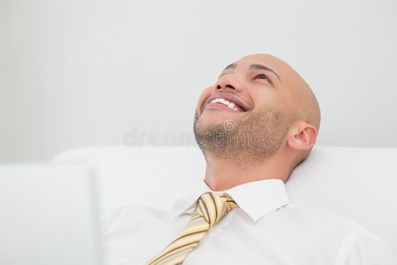 关闭查寻微笑的典雅的年轻的商人 免版税图库摄影