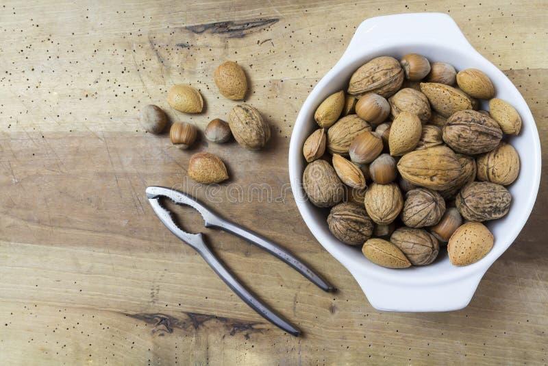 关闭核桃、榛子和杏仁在木桌上 免版税库存图片