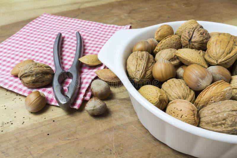 关闭核桃、榛子和杏仁在木桌上 免版税库存照片