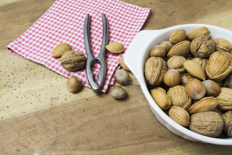 关闭核桃、榛子和杏仁在木桌上 免版税图库摄影