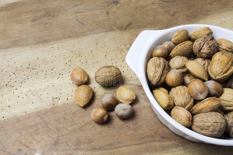 关闭核桃、榛子和杏仁在木桌上 库存图片