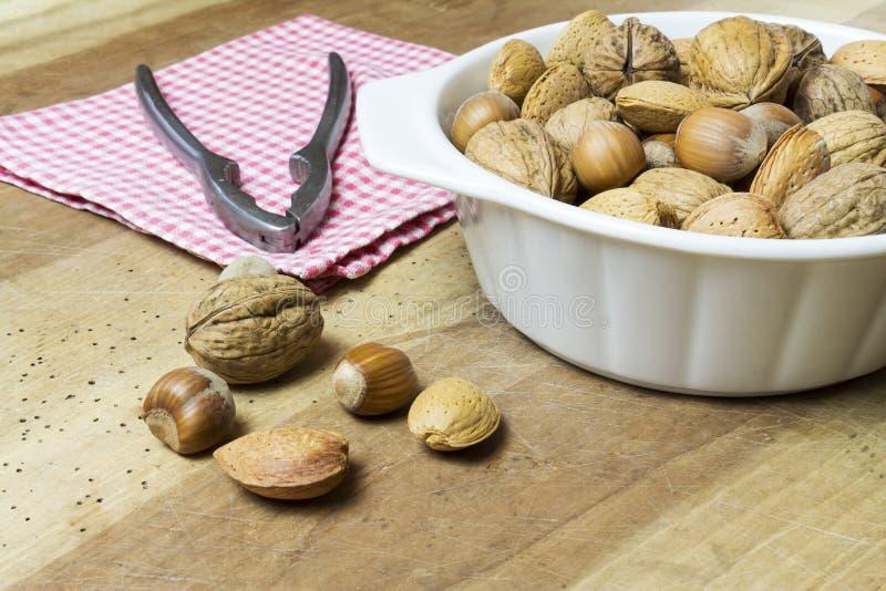 关闭核桃、榛子和杏仁在木桌上 库存照片
