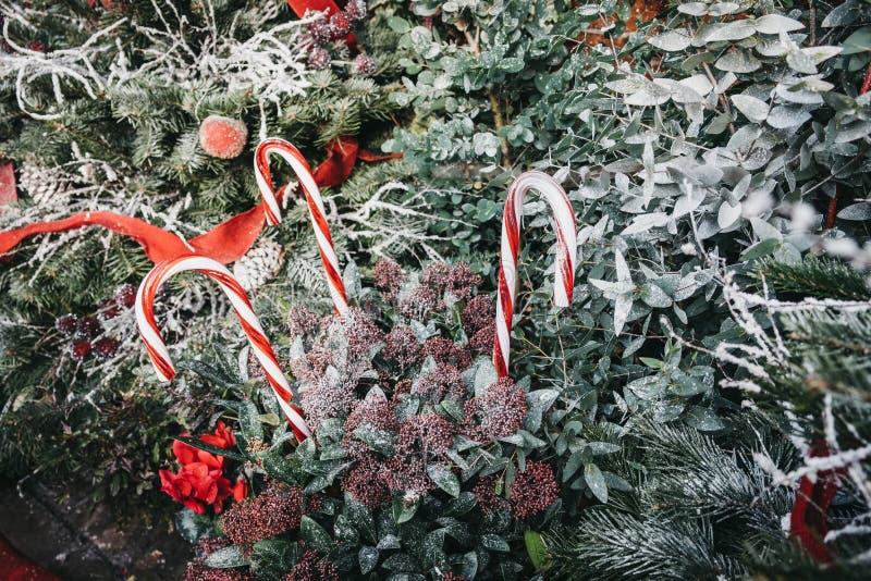 关闭棒棒糖和圣诞装饰在科文特花园,伦敦,英国 库存图片