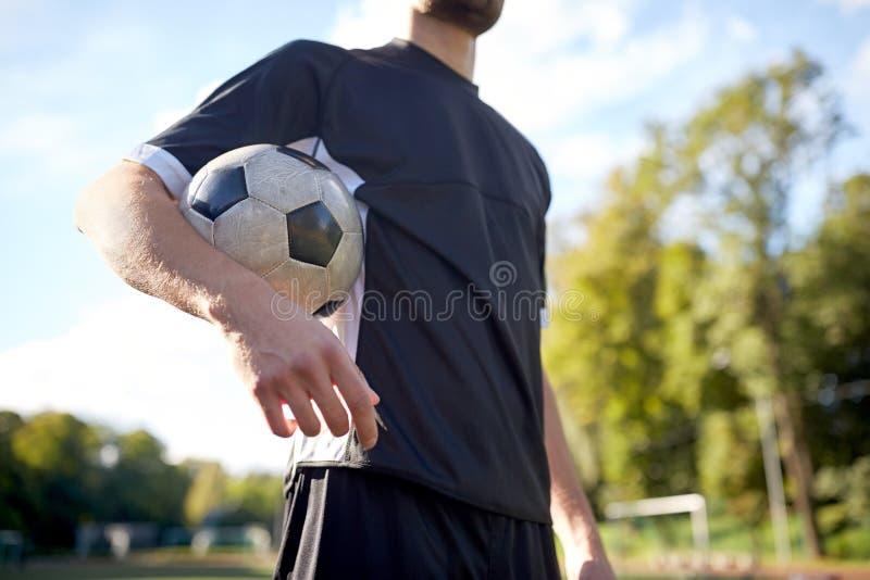 关闭橄榄球场的足球运动员 免版税库存图片