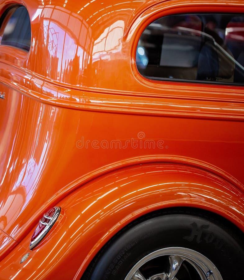 关闭橙色习惯经典汽车的边 库存图片