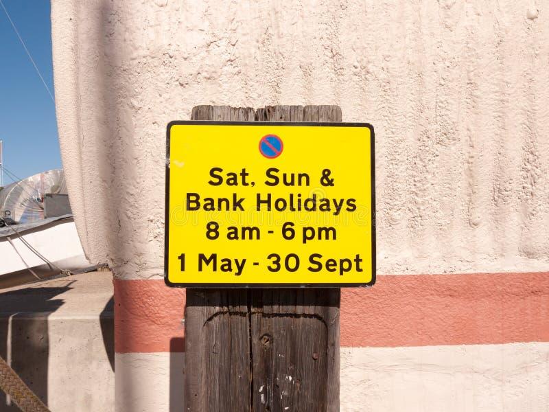 关闭橙色停车处标志在晴天之外 免版税图库摄影