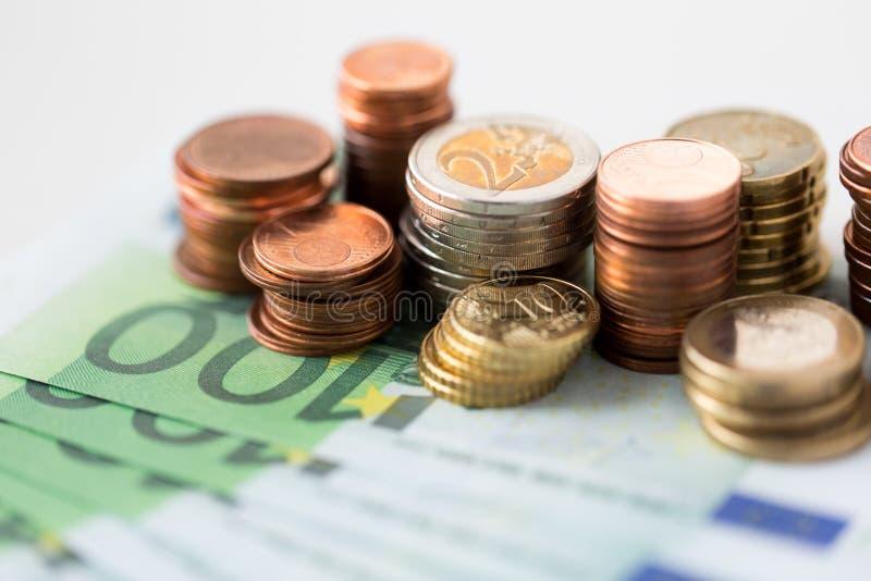 关闭欧元硬币和纸币钞票 库存照片
