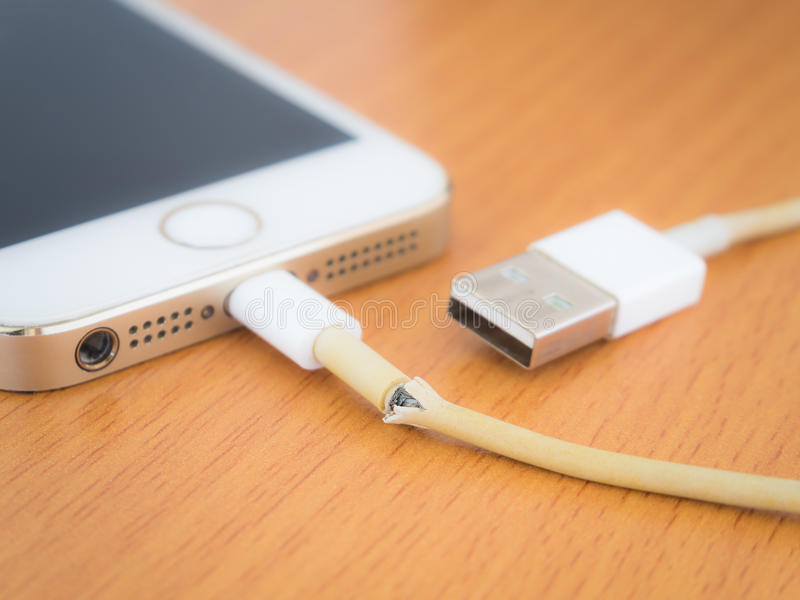 关闭残破的iPhone充电器缆绳 免版税库存照片