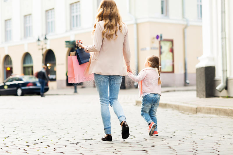 关闭母亲和儿童购物在城市 免版税库存照片
