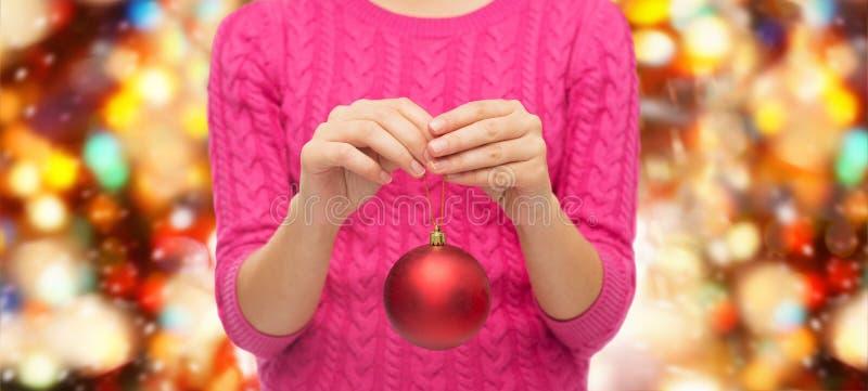 关闭毛线衣的妇女有圣诞节球的 免版税图库摄影