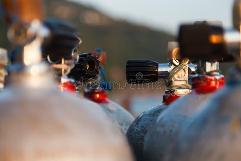 关闭氧气罐阀门佩戴水肺的潜水的 免版税库存照片
