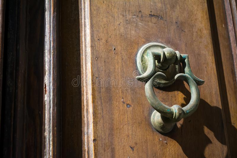 关闭水平的看法在一个木门的一个老拍板 图库摄影