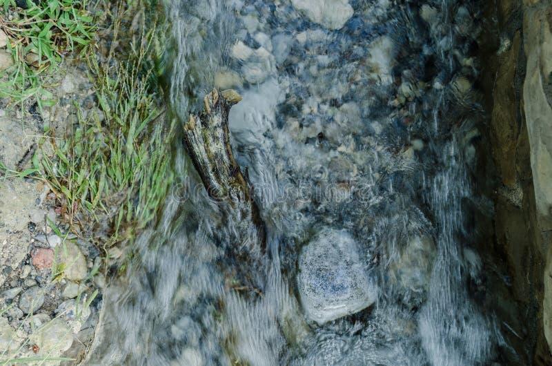 关闭水,水小波浪爆发在河的新鲜 库存照片