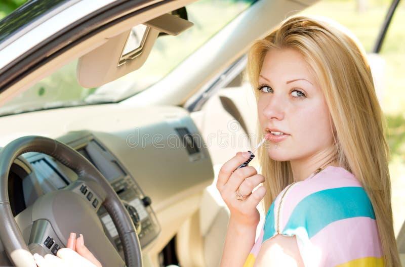 关闭汽车的一个可爱的白肤金发的女孩 免版税图库摄影