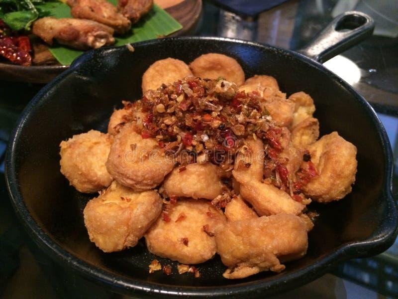 关闭油炸了和混乱煎蛋豆腐辣椒大蒜和胡椒在黑盘,素食菜单蘑菇,焦点在前景 图库摄影