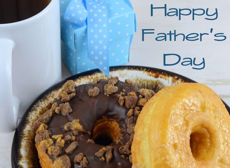 关闭油炸圈饼或者多福饼,在一块棕色陶瓷板材 油炸圈饼和爸爸的好图象为父亲节在6月 免版税库存照片